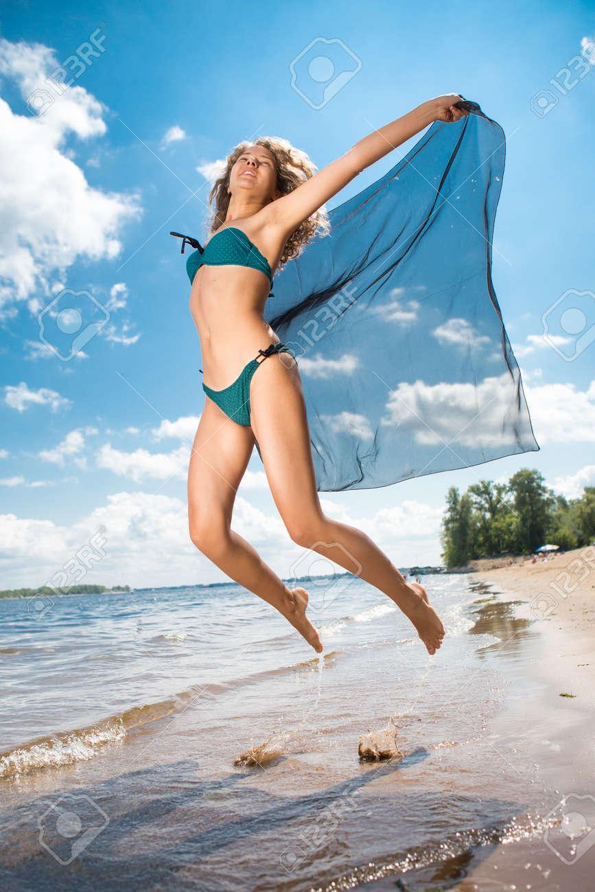 Сексуальная девушка прыгает 6 фотография