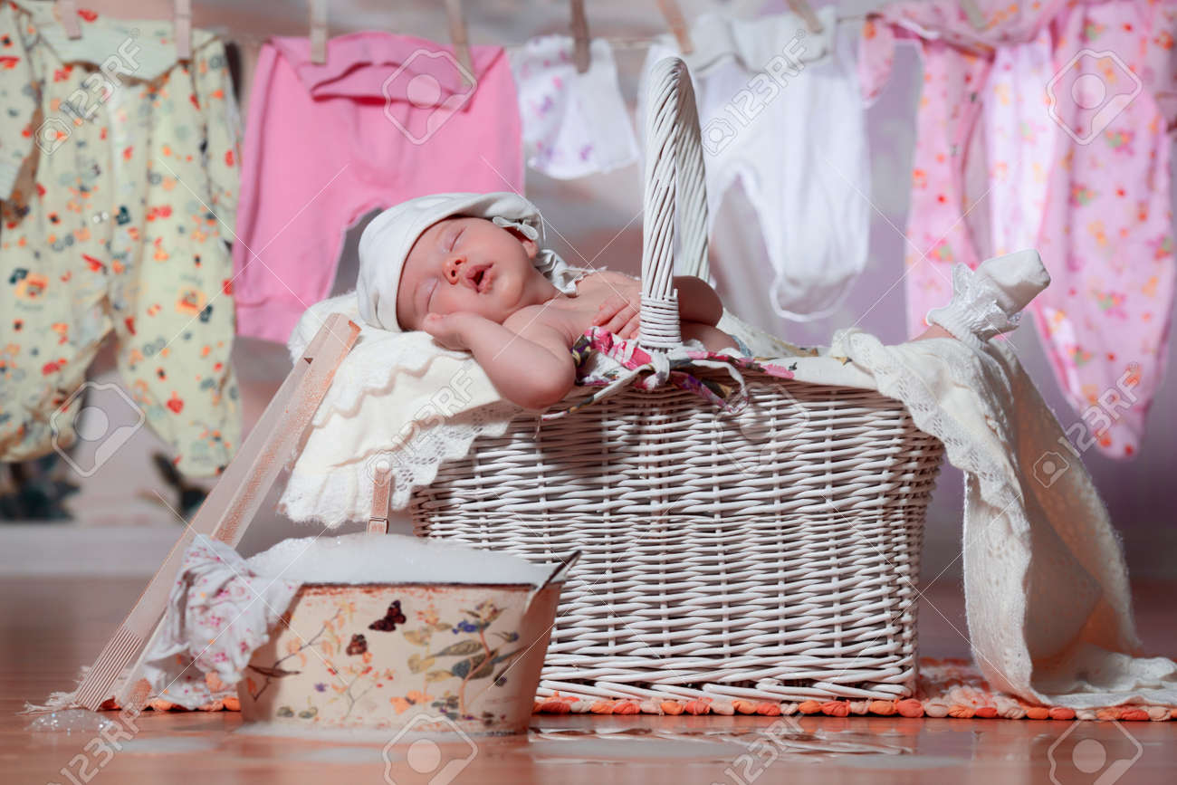 Canasta De Recien Nacido.Bebe Recien Nacido Durmiendo En Una Canasta Despues Del Lavado