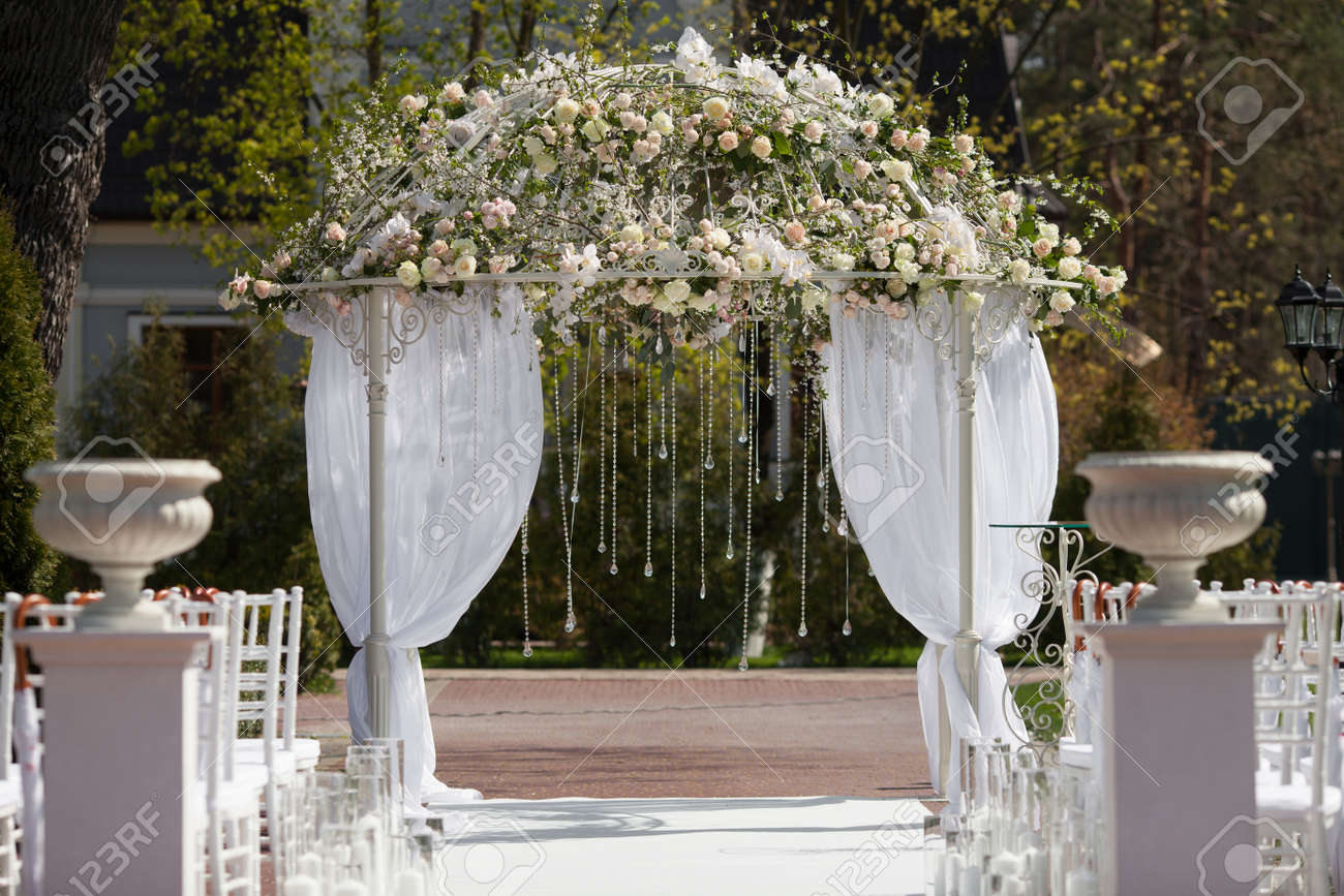 Beautiful arch of flowers for the wedding ceremony - 51549161