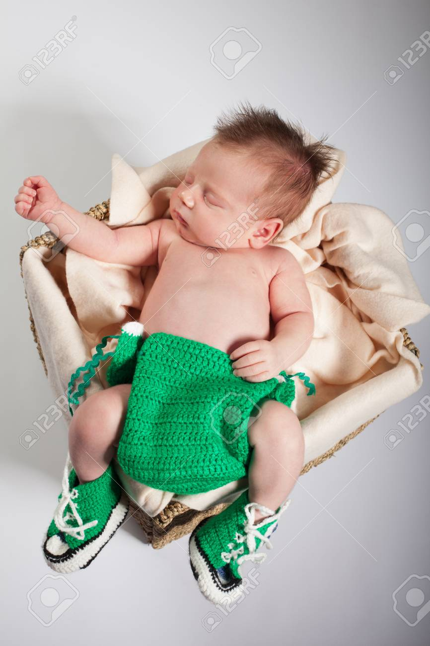 Neugeborene Wird In Einem Korb Auf Dem Bauch Schlafen Im