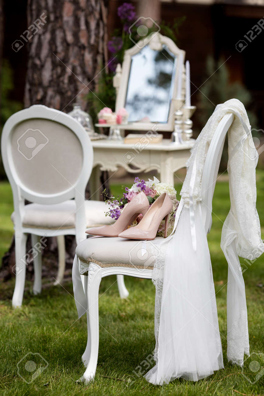 Schone Hochzeit Schuhe Mit Hohen Absatzen Und Einem Bouquet Von