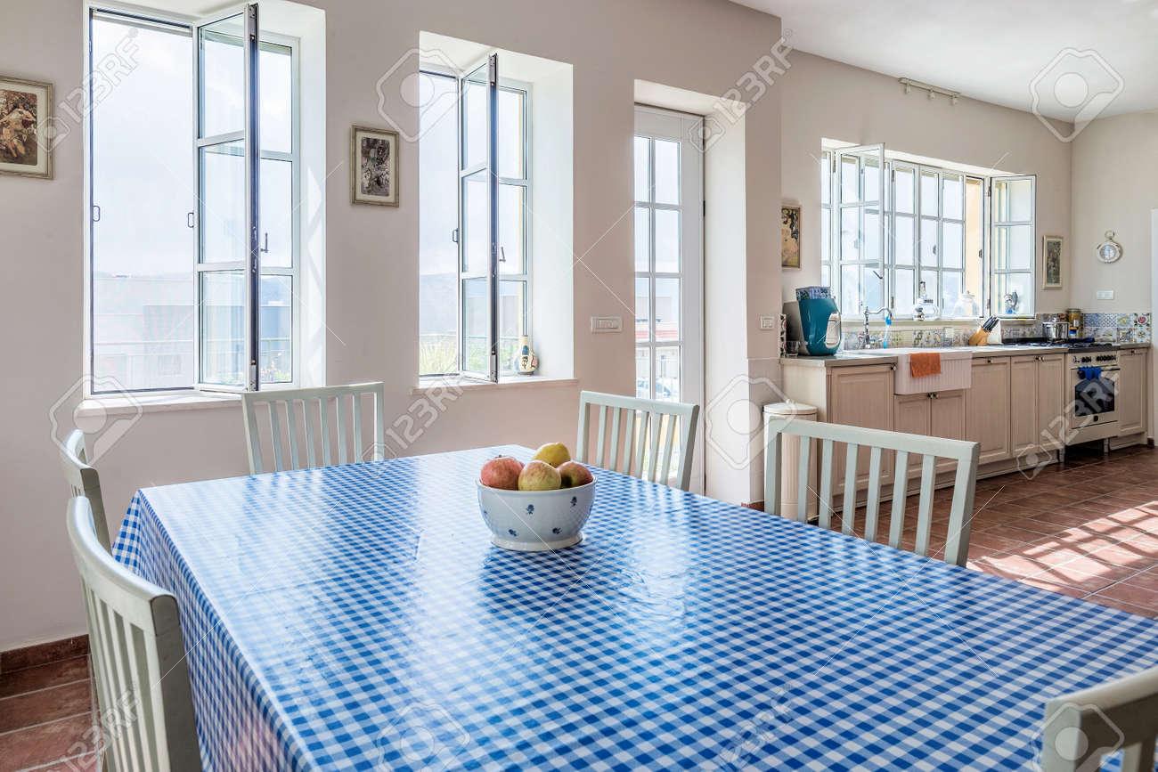 Cuisine Provencale Blanche Et Bleue cuisine provençale moderne avec un bol de pommes et une nappe blanche  bleue, israël.