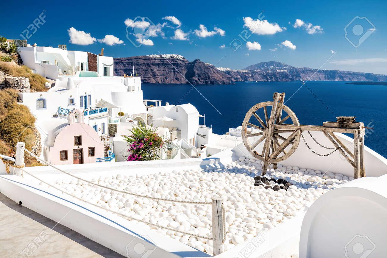 Hermosa Herramienta Antigua De Madera Como Decoración En Una Terraza Con Casas Blancas Y Mar Azul Y Cielo En Oia La Aldea Más Hermosa De La Isla De