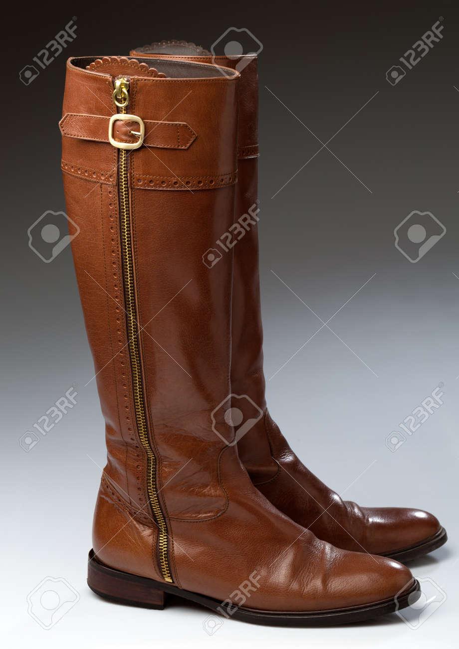 diseño hábil fotos oficiales muy elogiado Pares con estilo de botas de mujer de color marrón sobre fondo gris  degradado.