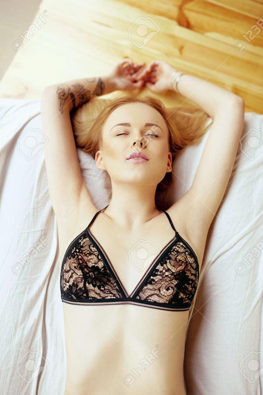 fille noire et blanche ayant des rapports sexuels japonais Kimono sexe