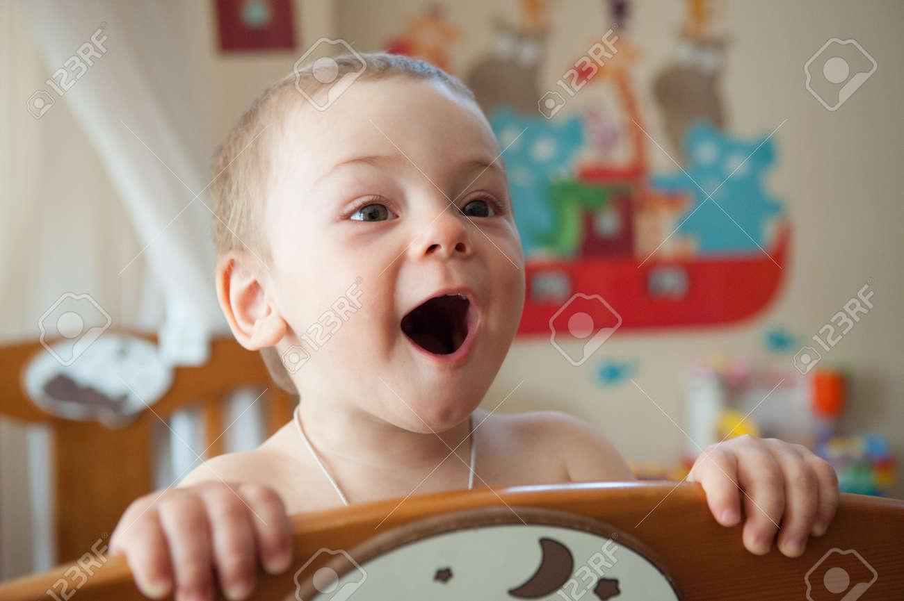 Letti Per Bambini Divertenti.Immagini Stock Bambino Divertente A Letto In Camera Da Letto Per