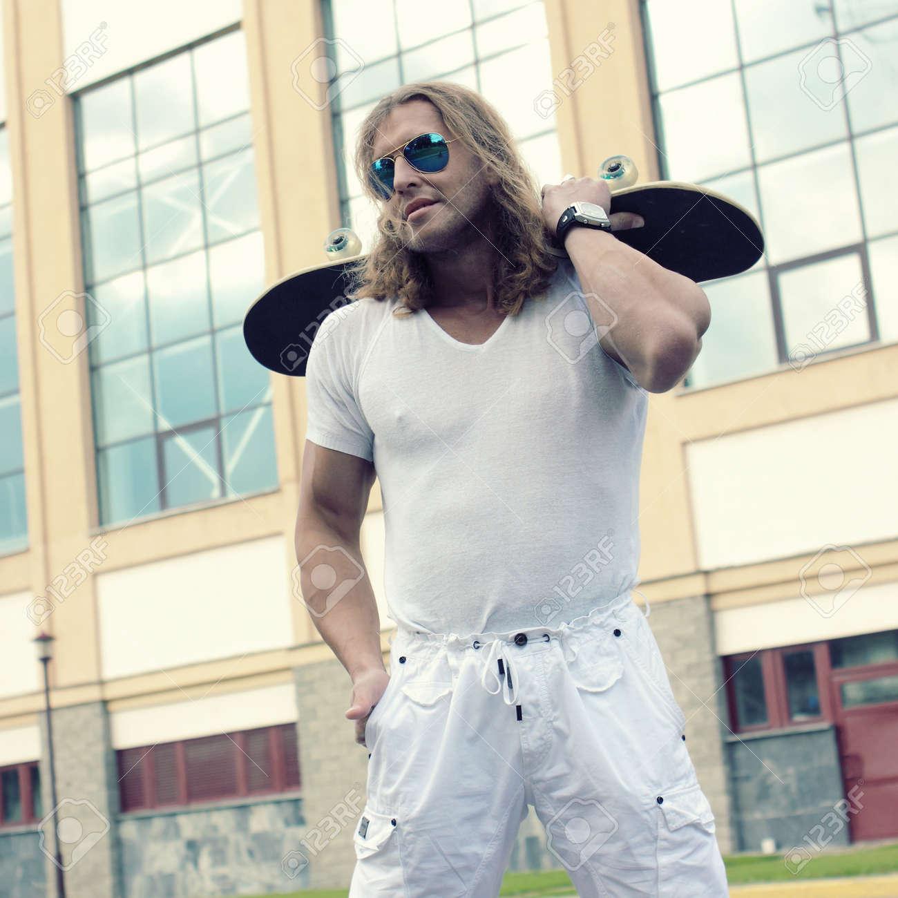 Chico Largo El PatínEscena Muscular Sol En Con Gafas Pelo De GzpSqUMV
