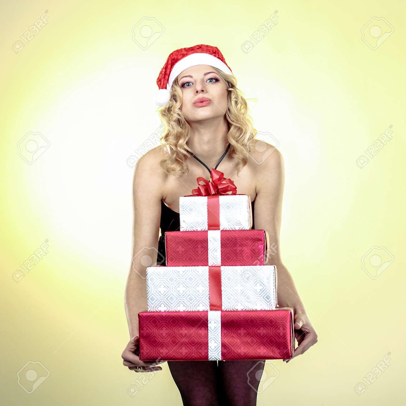 Regali Di Natale Ragazza.Immagini Stock Regali Di Detenzione Donna Di Natale Ragazza Che