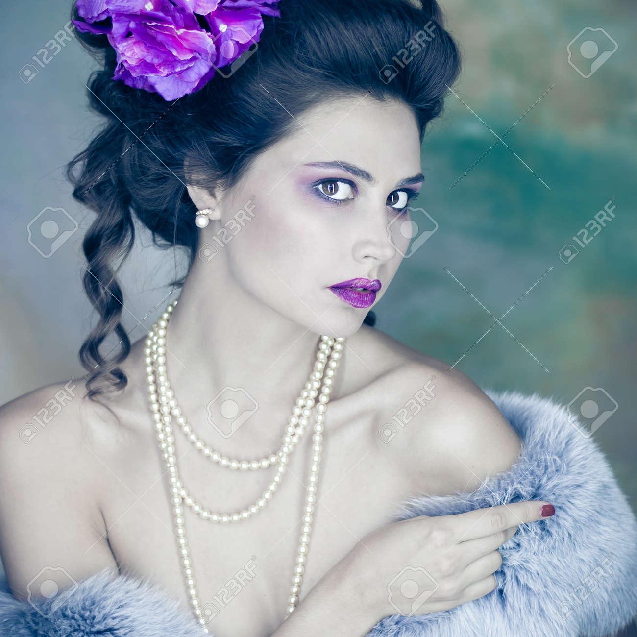 affiche portrait de femme vintage bijoux