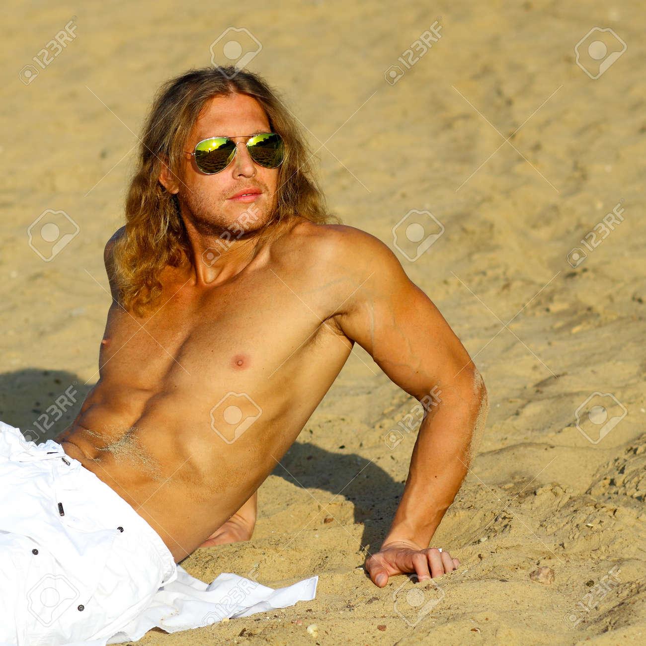 fitness-model-posiert-nackt