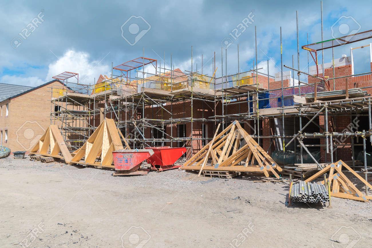 Häuser Im Bau Mit Dachbinder Bereit Zur Installation Lizenzfreie ...