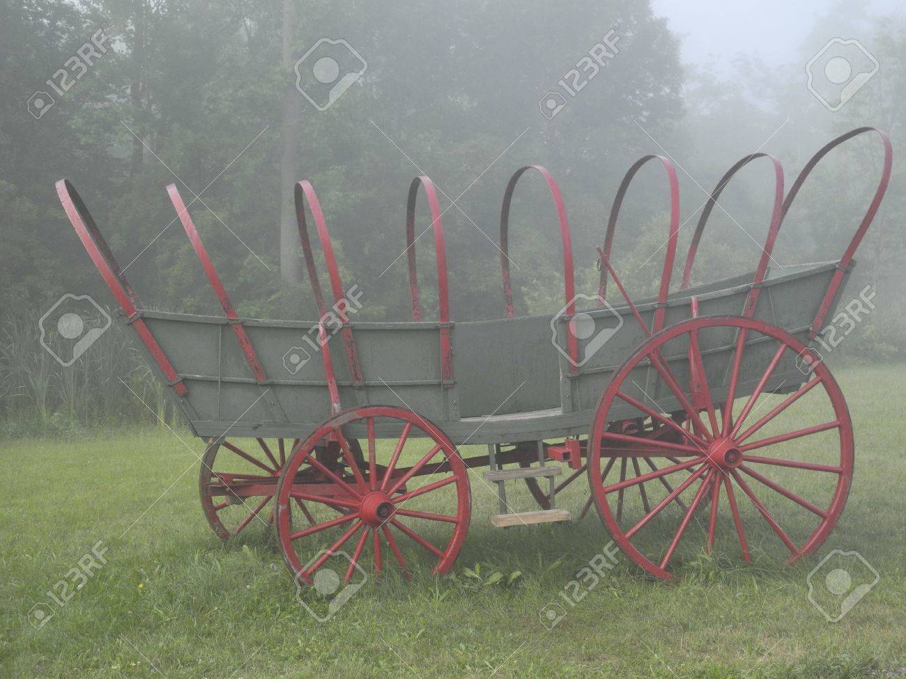 霧の中でコネストーガ幌馬車 ロ...