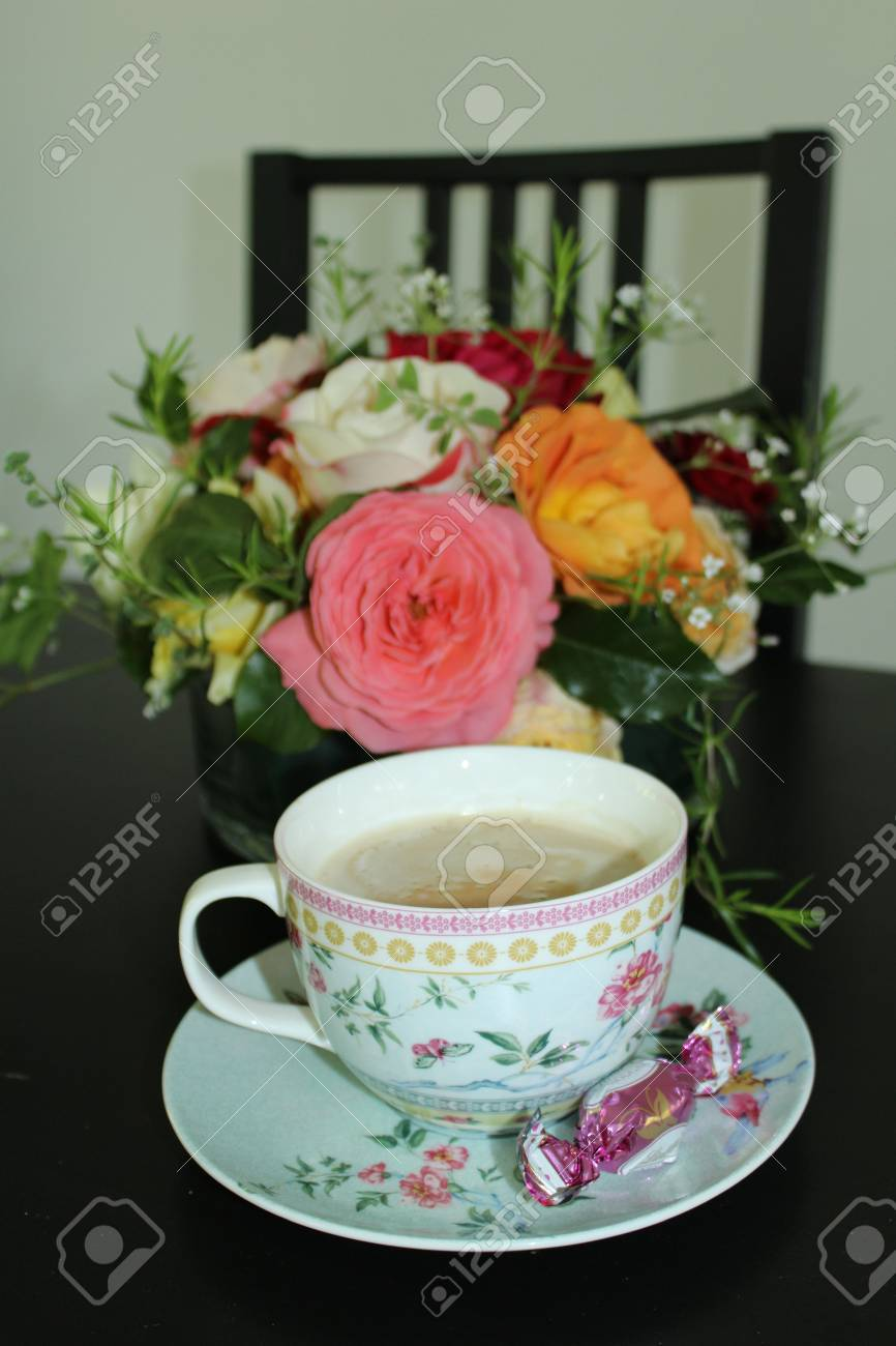 tasse de café et bouquet de fleurs sur table en bois banque d'images