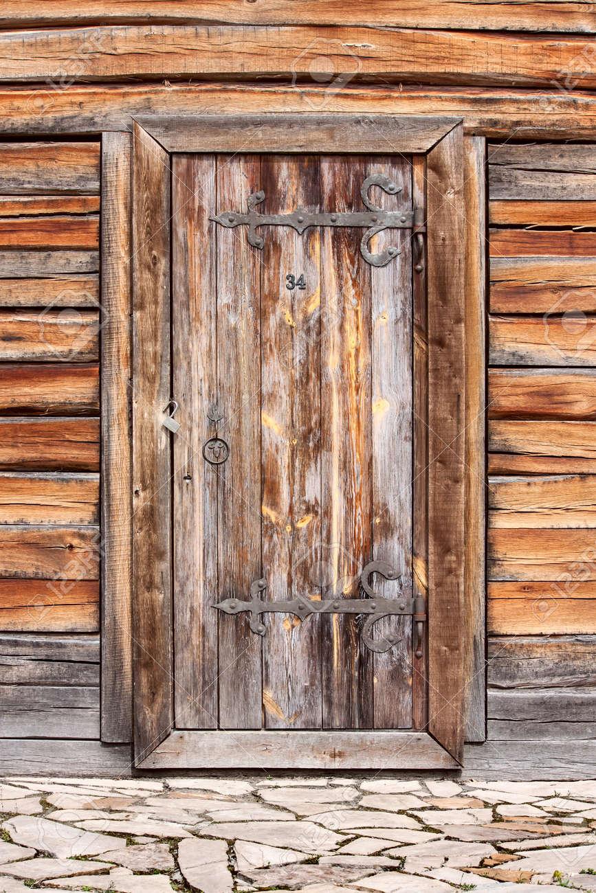 alte antike holztür mit alten holzbohlen protokolliert rinde wand