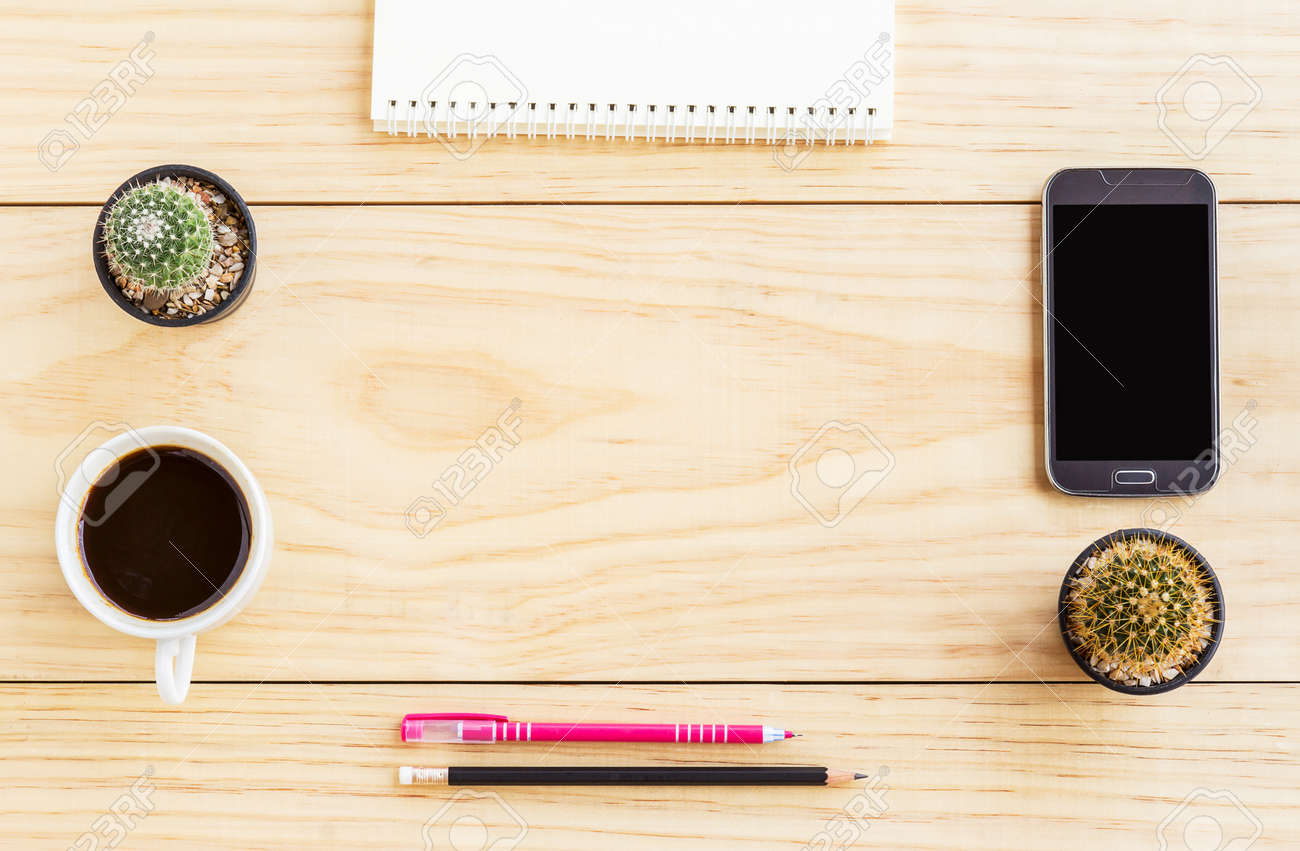 Immagini stock scrivania da ufficio piatta con notebook smart