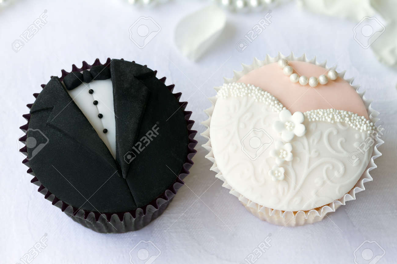 Bride and groom cupcakes Stock Photo - 14149449