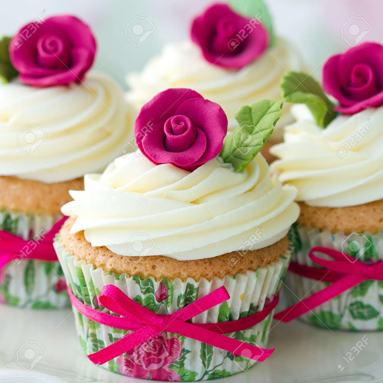 Cupcakes Decorados Con Rosas De Azúcar De Color Rosa