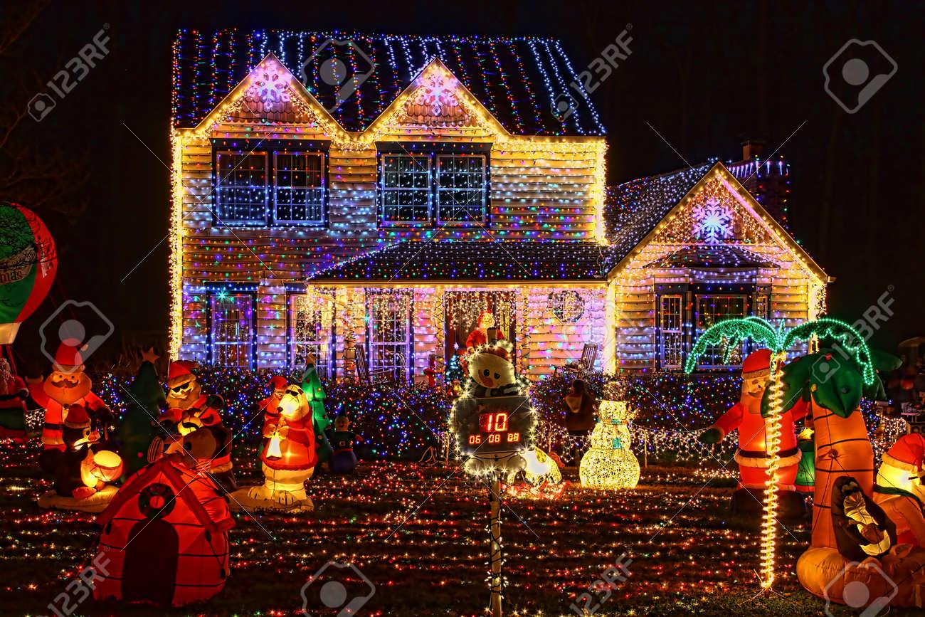 Fotos Casas Decoradas Navidad.Una Casa Decorada E Iluminada Con 650 000 Luces Y Mas De 60 Inflables Para Navidad Y Fin De Ano En La Noche En Virginia