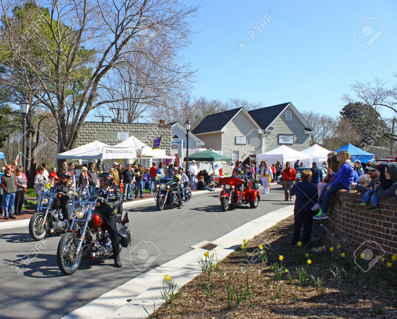 ... Virginie - 6 Avril  Hampton Roads Harley à La Parade De La Jonquille,  Le 6 Avril 2013, à Gloucester, En Virginie. Dans Sa 27e Année, Le Défilé  Annonce ... 5283d0874e8e