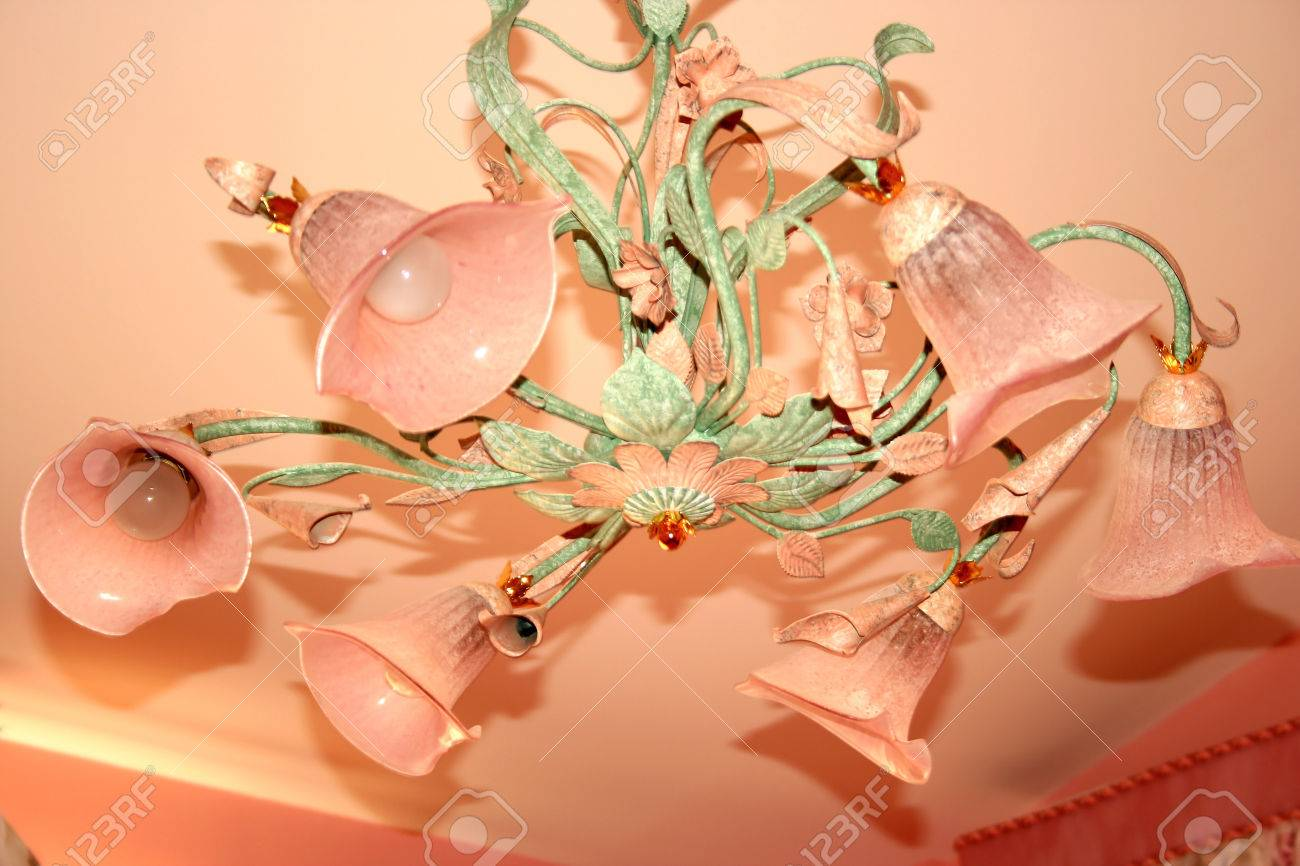 Lussuoso rosa e verde lampadario in camera da letto. foto royalty ...