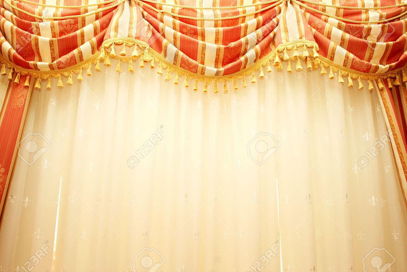 lujosos cortinas rojas y amarillas como fondo foto de archivo