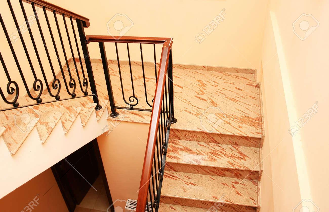 escalera en casa moderna foto de archivo