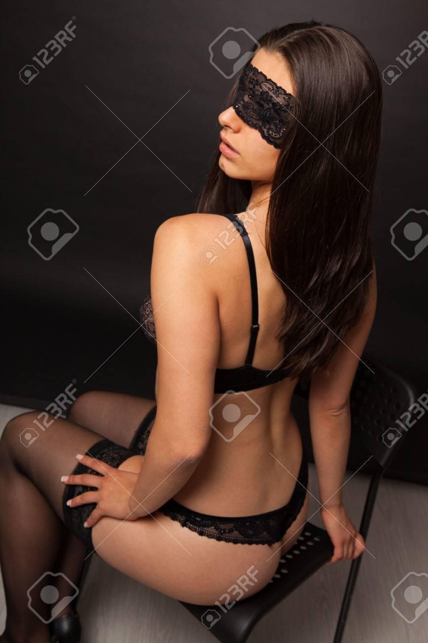 Foto de archivo - Hermosa mujer sexy con lencería negra y venda sobre fondo  negro fa189f66645c