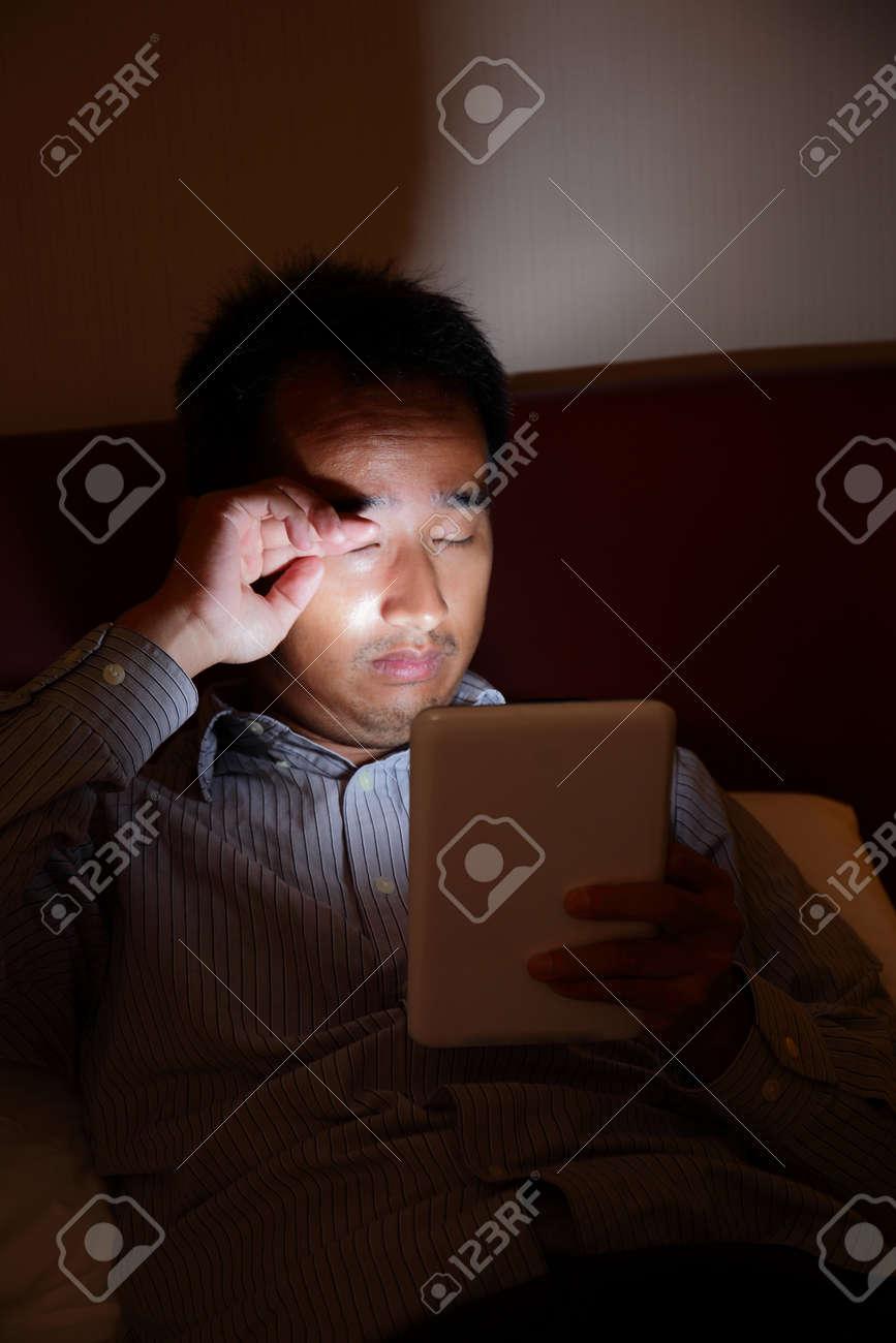 banque dimages tablet pc sera blesser vos yeux dans le noir homme daffaires tablette pc look tard dans la nuit avant de dormir dans le salon - Tablette Noir De Salon