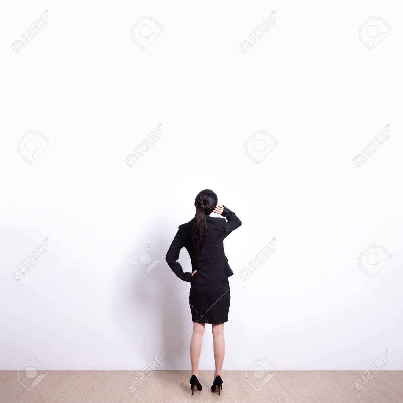 Zurück Von Business-Frau Sucht Weiße Wand Hintergrund, Ideal Für Ihr ...