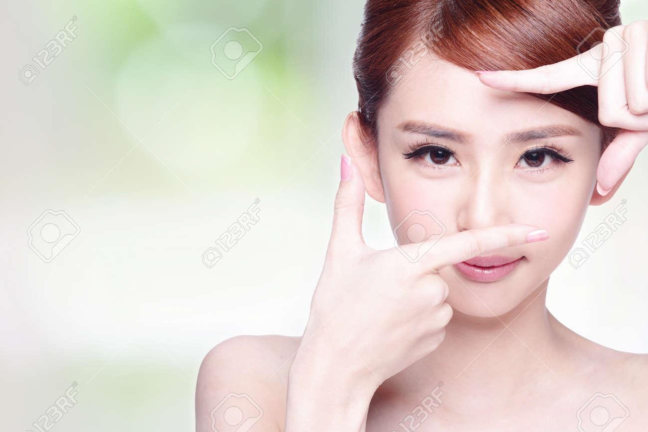 Frau Gesicht Und Augenpflege, Und Sie Die Rahmen Mit Den Händen ...