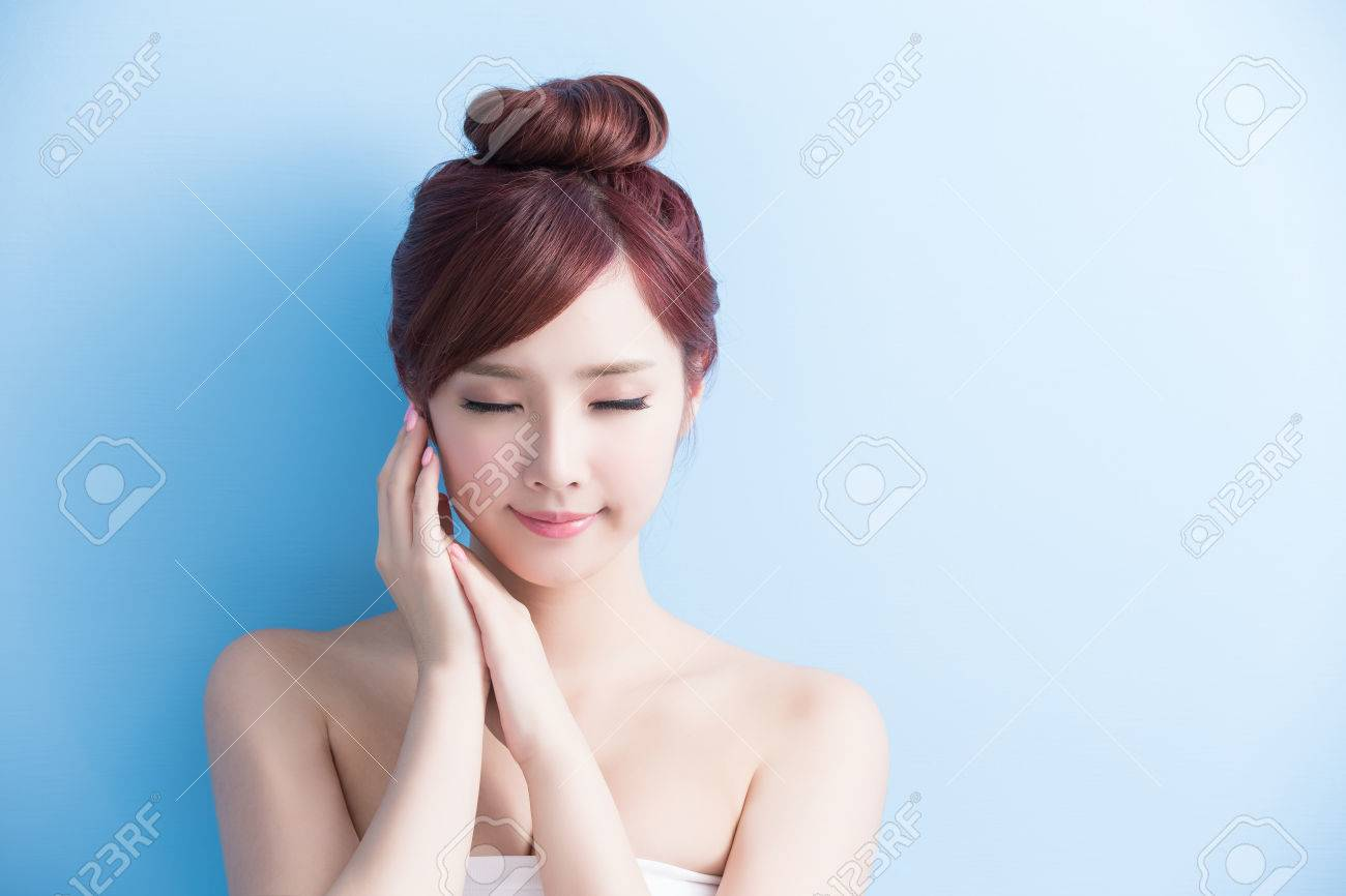 beauty  skin care woman relax closed eye isolated on bluebackground, asian Standard-Bild - 63605458