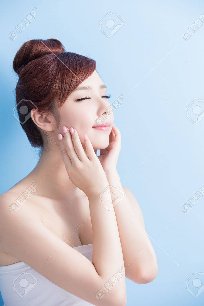 beauty skin care woman relax closed eye isolated on bluebackground, asian Standard-Bild - 63605459