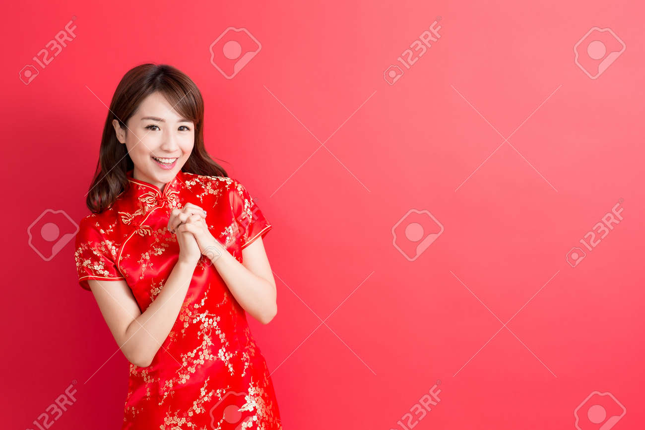 beauty woman wear cheongsam and smile to you in chinese new year Standard-Bild - 68109300