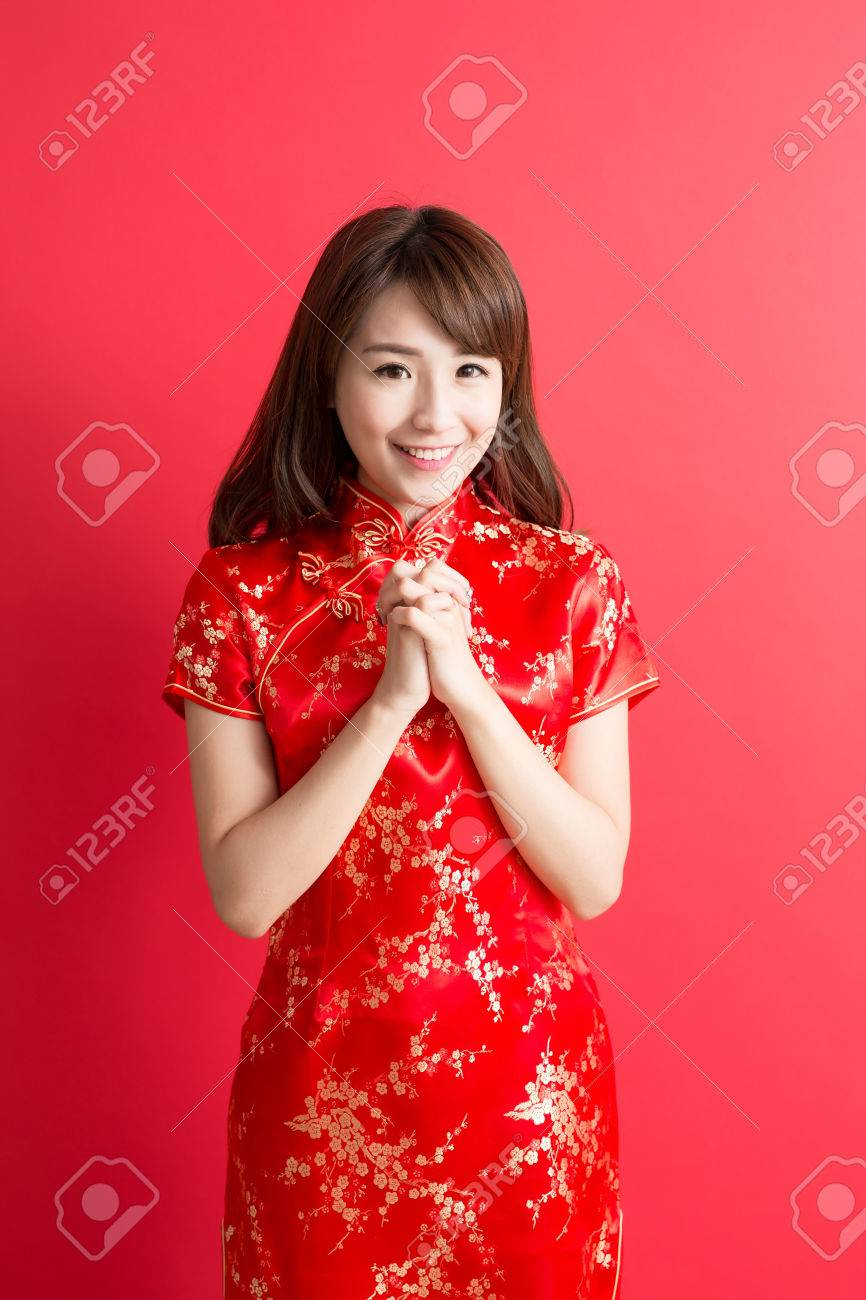 beauty woman wear cheongsam and smile to you in chinese new year Standard-Bild - 68326642