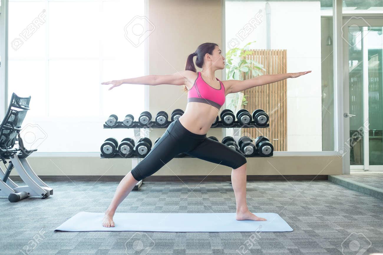 90133fba7b7f8 Belleza deporte mujer sonreír hacer yoga en el gimnasio foto de archivo jpg  1300x866 Yoga deporte
