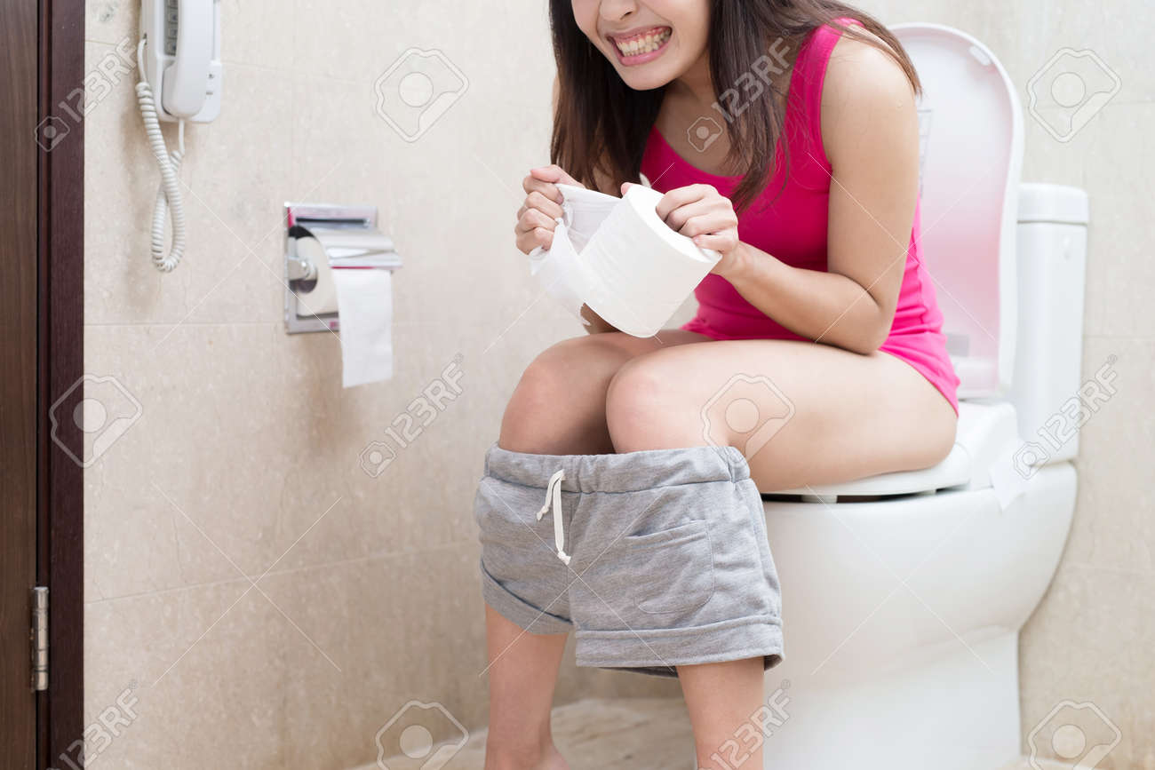 woman feel pain with constipation in the bathroom Standard-Bild - 76581314