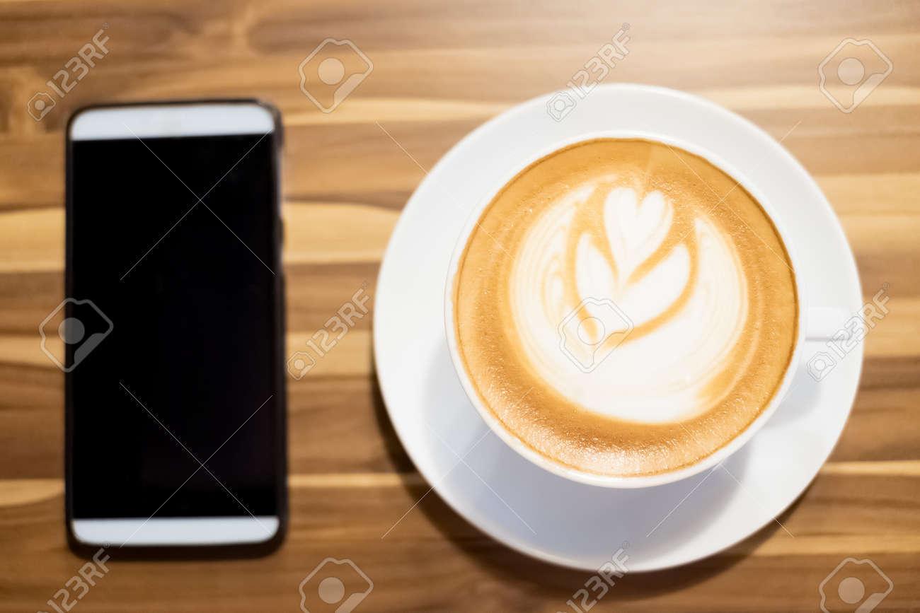 Chiudere il caffè e il telefono sul tavolo foto royalty free