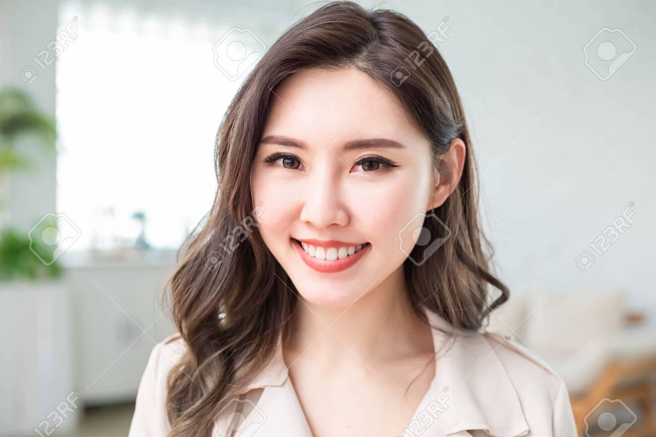 Young asian business woman smile to you in the office - 143114360