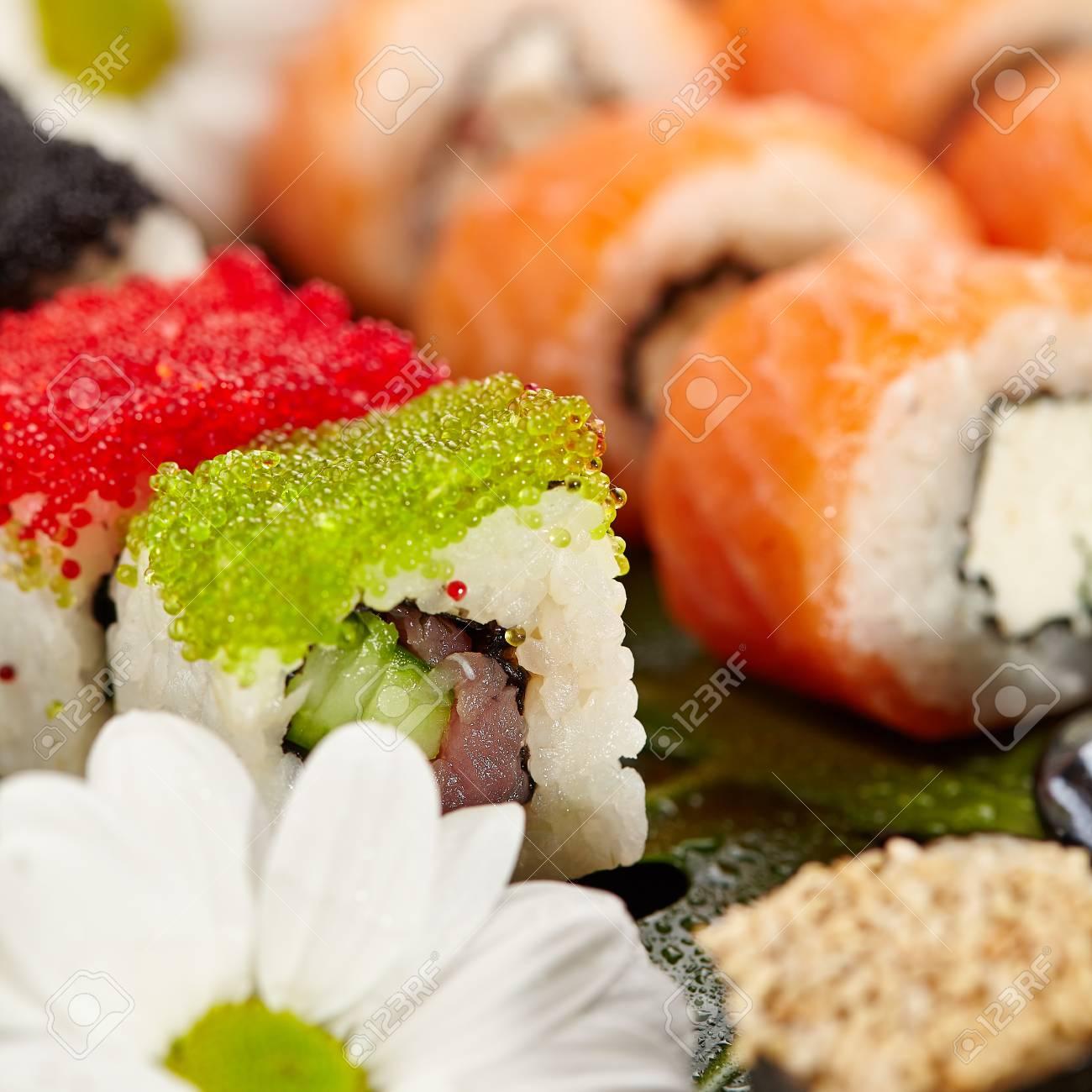 Japanische Sushi-Set - Verschiedene Maki-Sushi-Rolle Und Nigiri ...