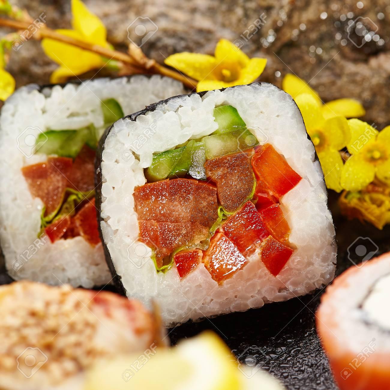 Japanische Sushi-Set - Verschiedene Maki-Sushi-Rolle Auf Schwarzem ...