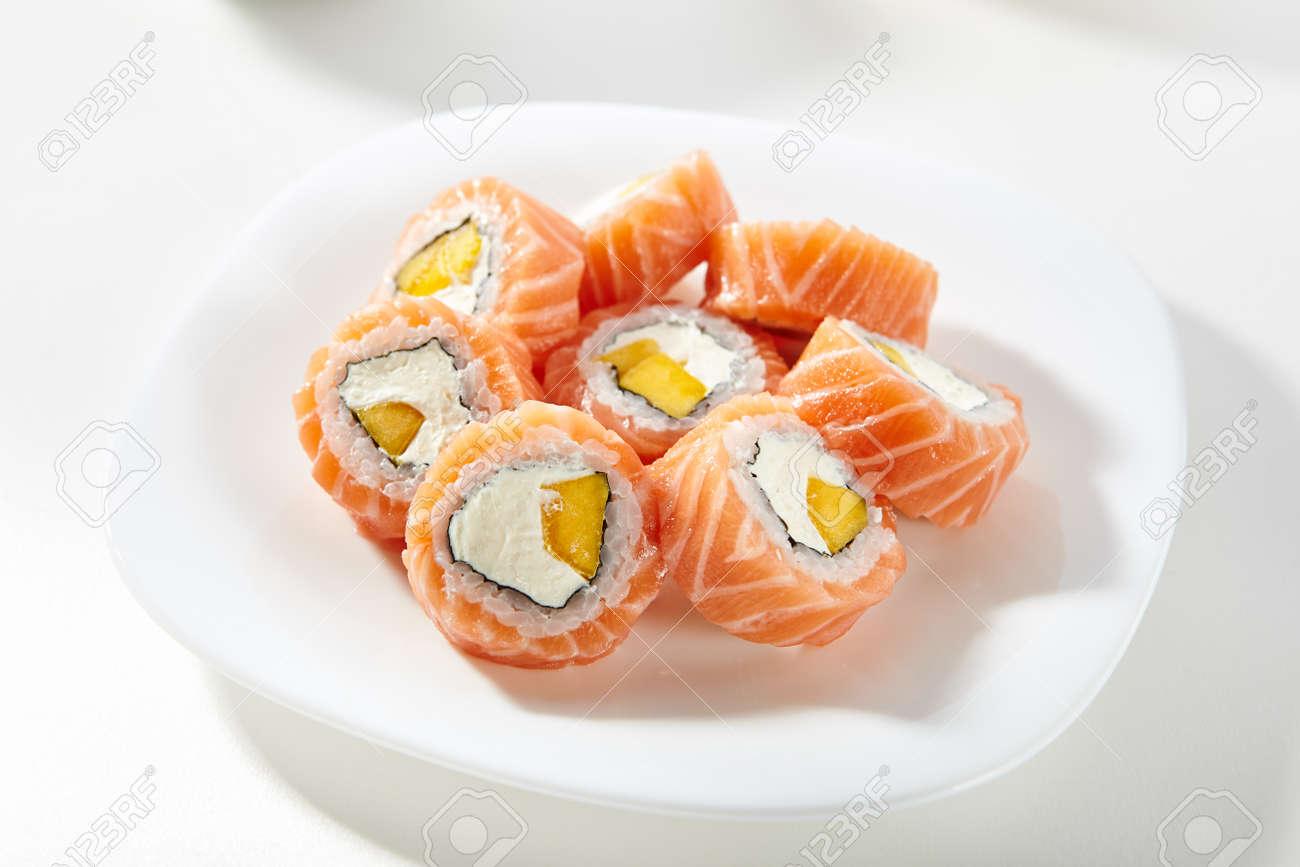 sushi salmon con mango