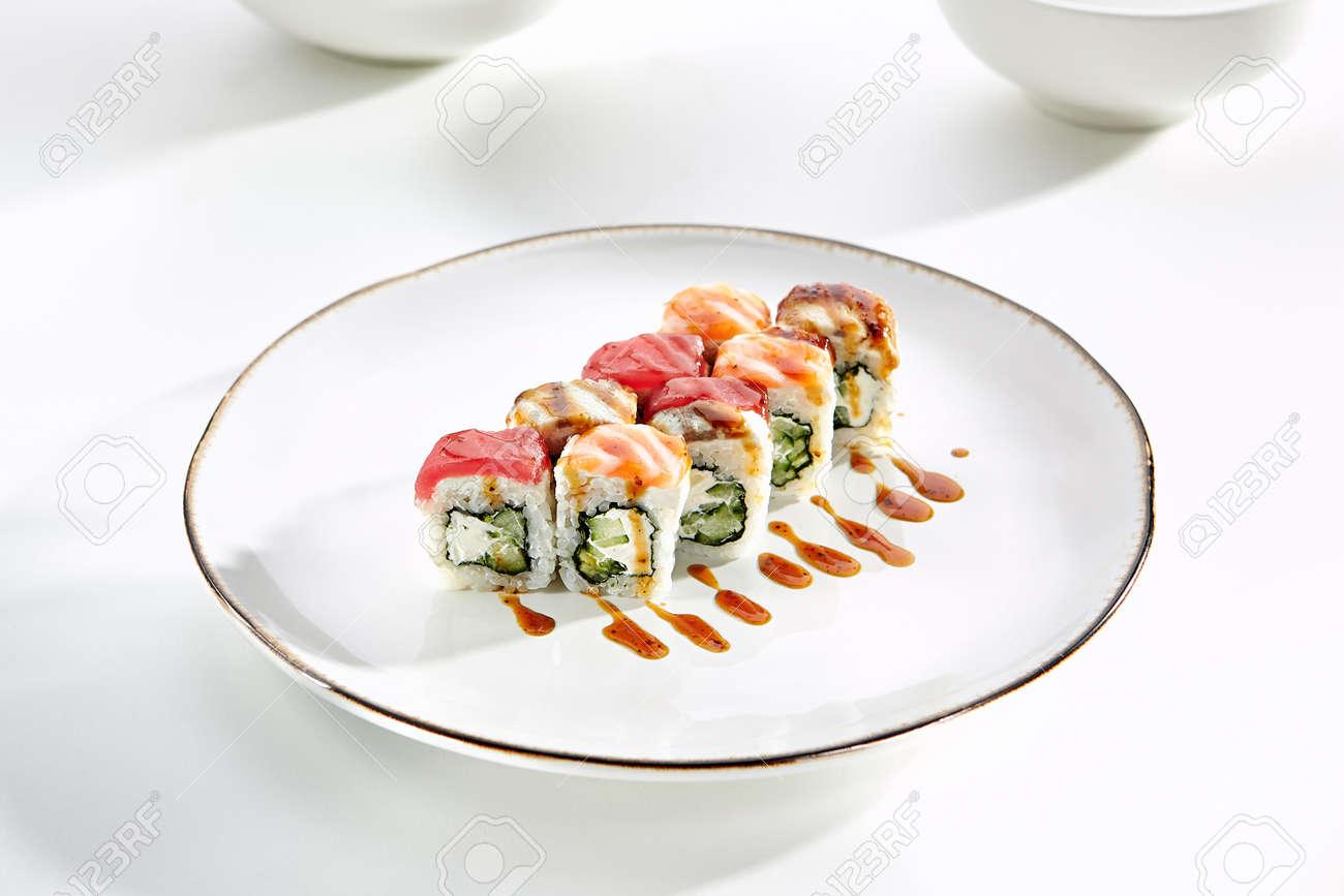 Rainbow Sushi Rollen Mit Lachs Thunfisch Aal Philadelphia Käse