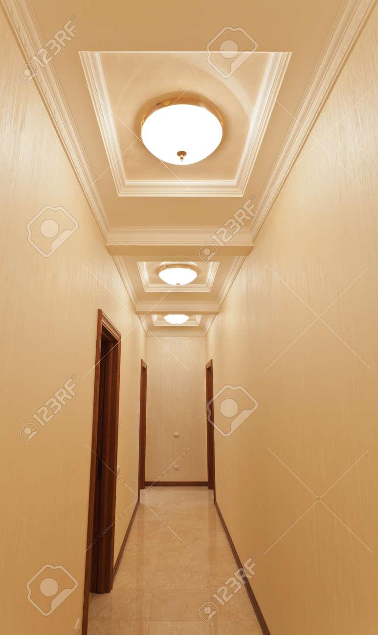 couleur couloir or à la maison avec rétro-éclairage blanc, personne