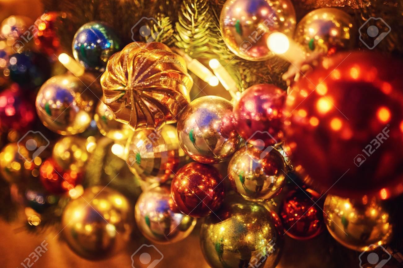 El árbol De Año Nuevo En La Plaza De La Ciudad Está Decorado Con Hermosas Esferas Y Guirnaldas Y Adornos De árboles De Navidad Todos Los Destellos