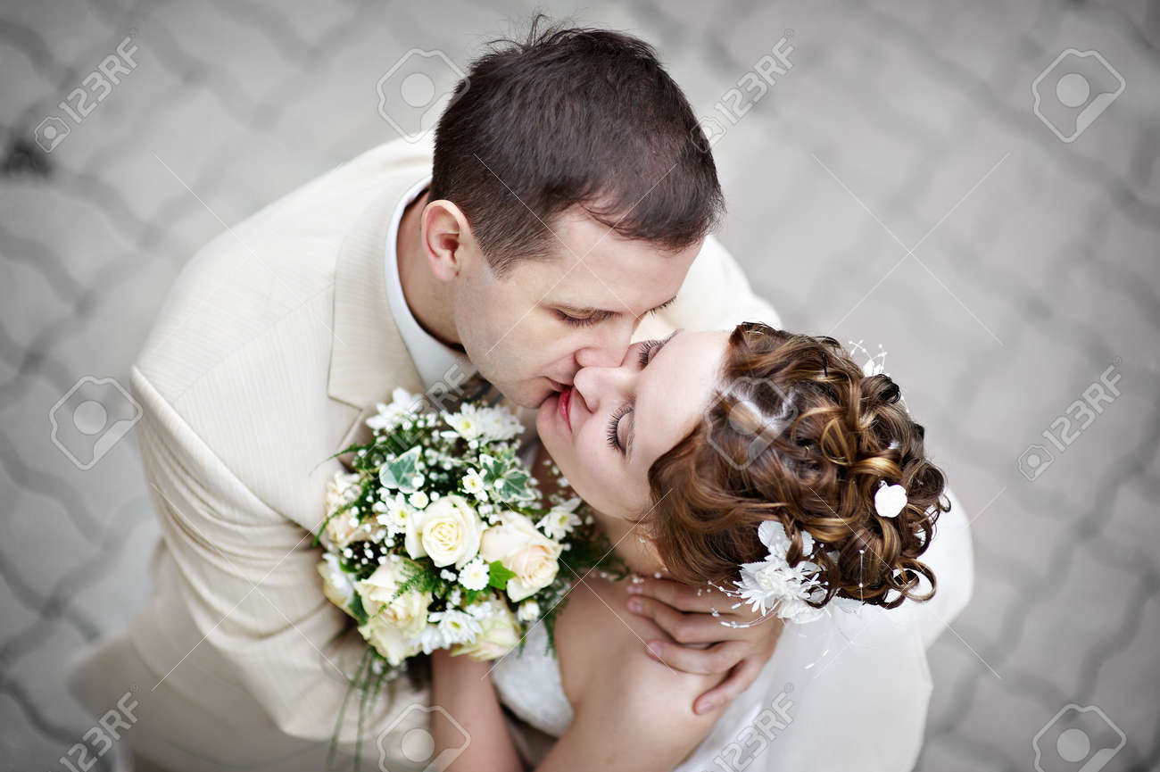 Romantic kiss the bride and groom at the wedding walk Stock Photo - 7908155