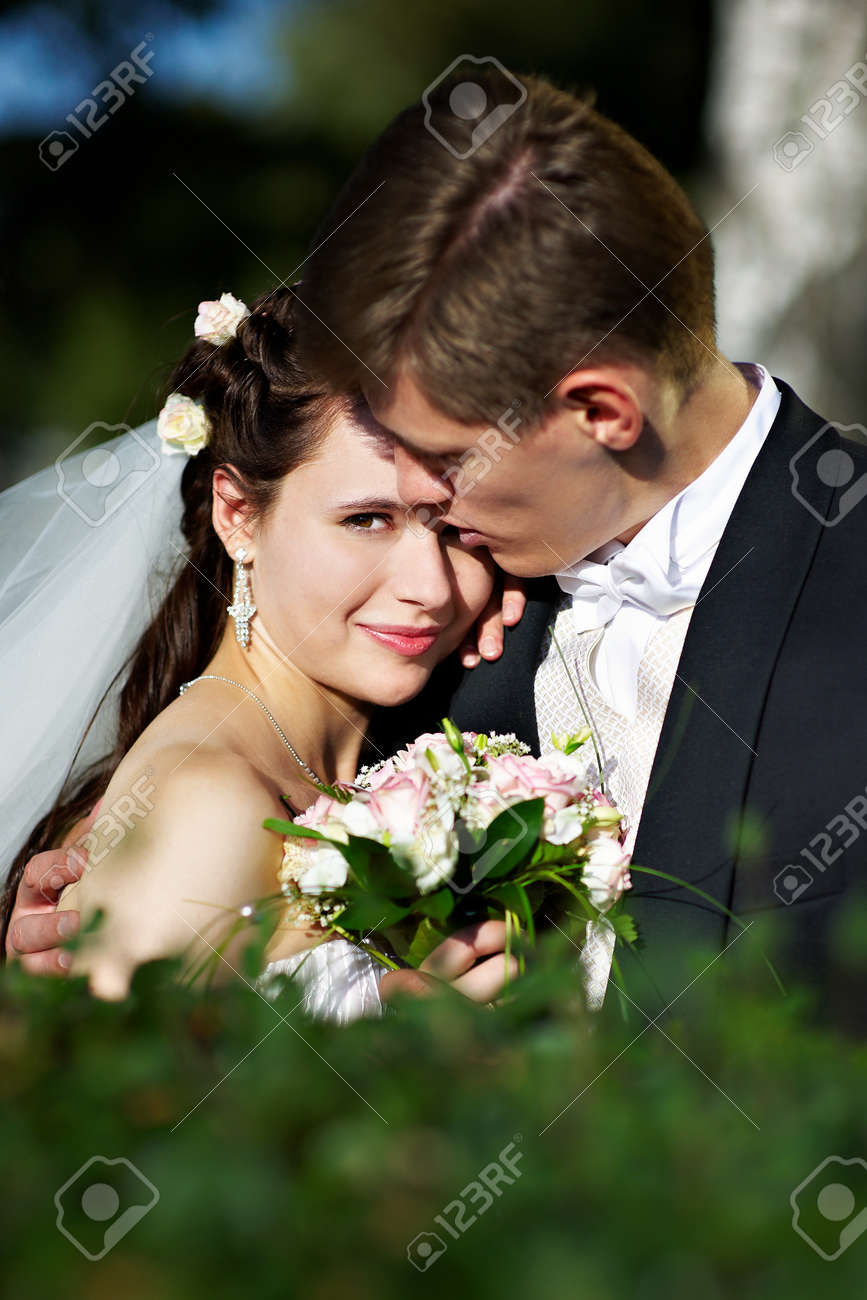 Фото на коленях перед невестой 11 фотография