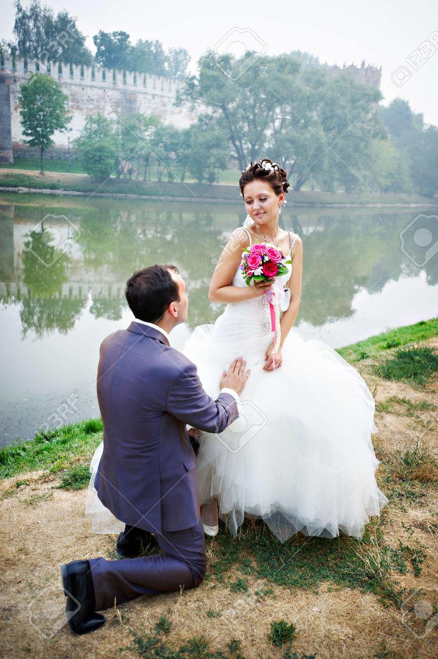 Фото на коленях перед невестой 3 фотография