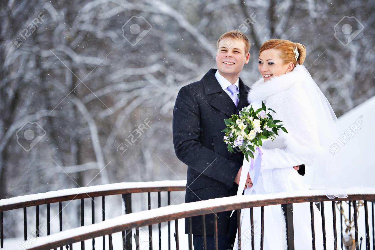 Gluckliche Braut Und Brautigam Am Tag Der Hochzeit Winter