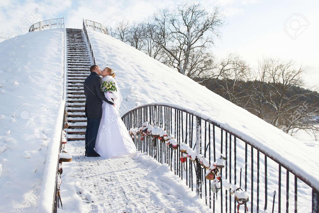 Romantischer Kuss Gluckliche Braut Und Brautigam Am Tag Der Hochzeit