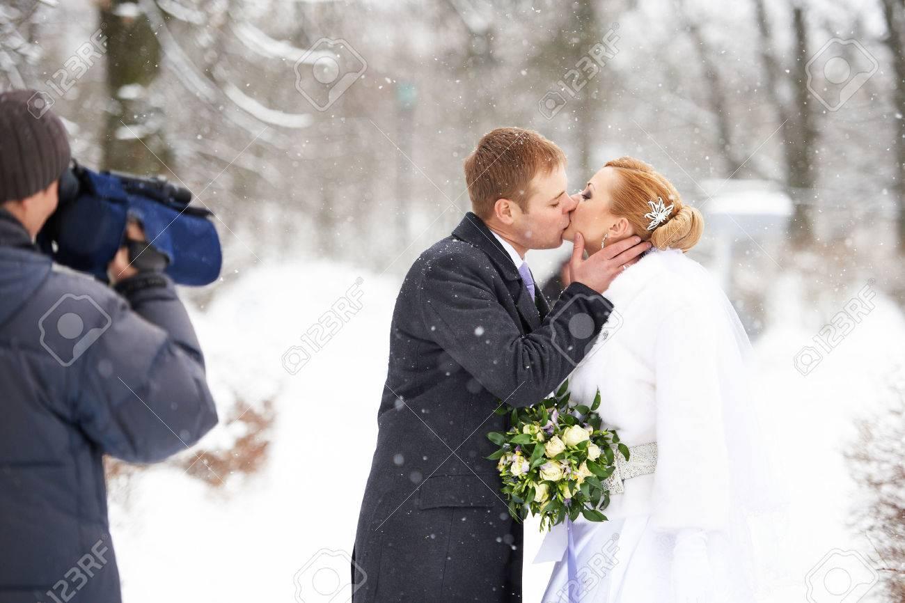 Betreiber Der Aufnahme Romantischer Kuss Gluckliche Braut Und